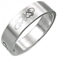 Ring aus Edelstahl mit Herzverzierung