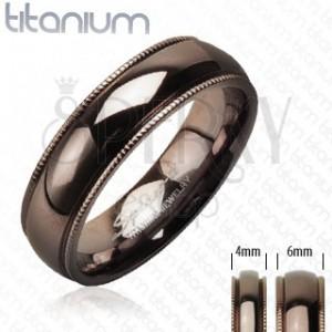Kaffeebrauner Trauring aus Titan mit gerillten Kanten