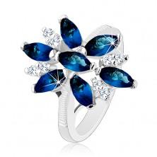 Glänzender Ring in silberner Farbe, blau-klare Zirkoniablume, glänzende Schiene