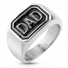Ring aus 316L Stahl in silberner Farbe, schwarzes Rechteck, Aufschrift DAD