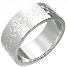 Polierter Ring aus Stahl mit Quadratmuster